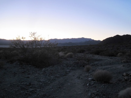 It's almost 17h, and a little sunlight still remains as I begin the hike back to camp across Broadwell Dry Lake