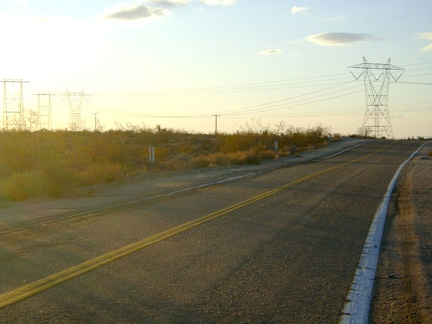 I reach the Kelbaker Road summit at the power lines just after 16h and stop for a quick energy-bar break